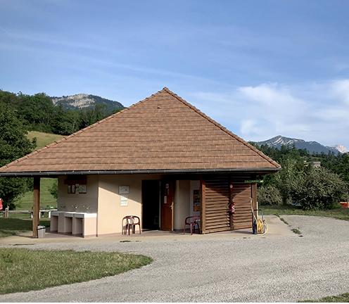 Sanitaires (accès PMR), prêts et location de matériels, documentation et conseils, WIFI gratuit, bibliothèque, aire de service camping-car