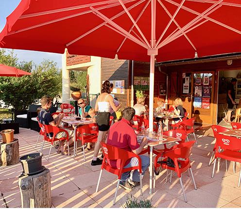 Le snack du camping Belle Roche : plats régionaux, pizzas, burgers, salades variées, grillades