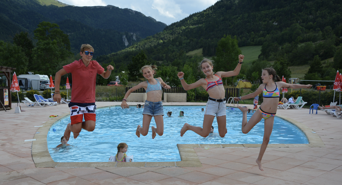 Jeux et détente à la piscine panoramique chauffée