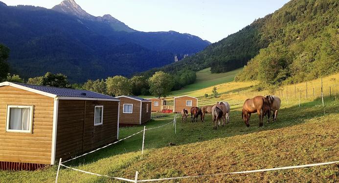 Nous accueillons également les montures (garage et nécessaire de réparation de vélos, espace de parcage des chevaux)