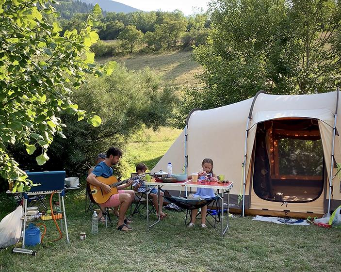 Un moment de plaisir partagé au camping Belle Roche