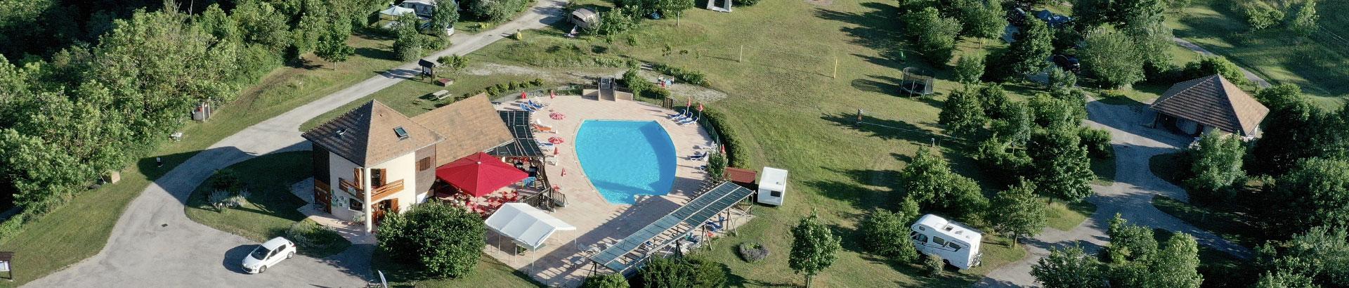 Le camping Belle Roche : grande piscine avec vue panoramique sur les montagnes