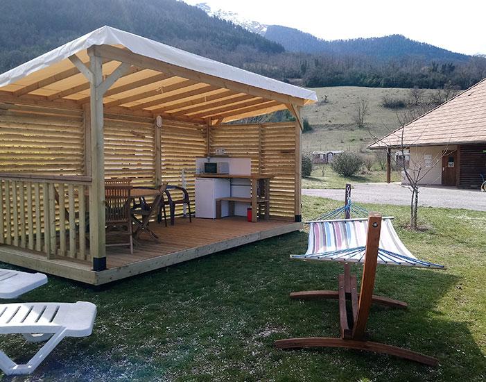 Emplacement Top Confort avec terrasse couverte équipée pour faire la cuisine