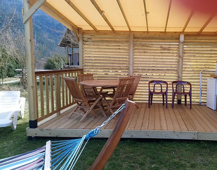 Terrasse couverte équipée de l'emplacement Top Confort pour partager les repas