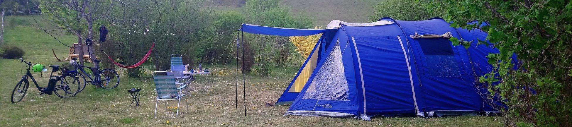 """La tente sur un vaste emplacement herbeux : le """"vrai"""" camping pour des moments inoubliables"""