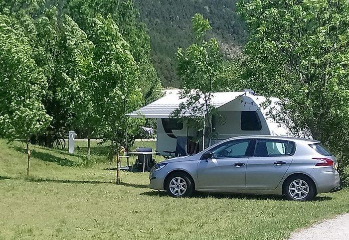 Les grands emplacements Confort accueillent les confortables caravanes