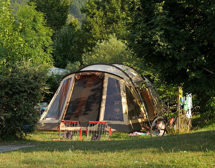 """La tente sur un vaste emplacement Confort herbeux : le """"vrai"""" camping"""