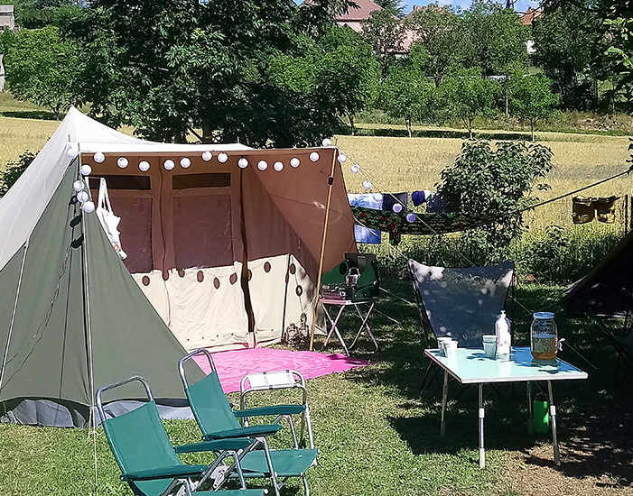 Joyeuse installation hollandaise sur un emplacement Nature du camping Belle Roche