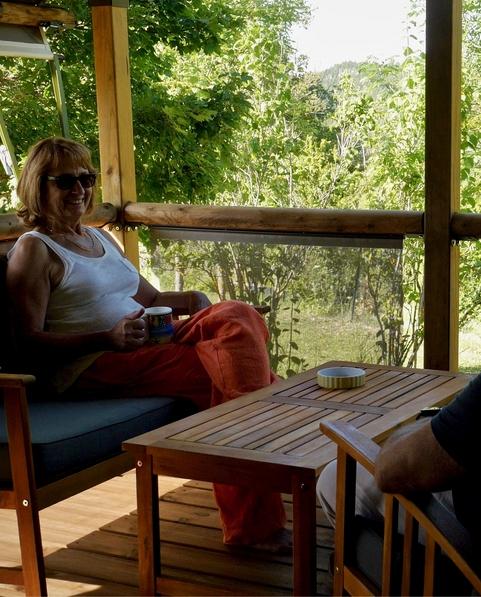 Savourez un moment de détente sur la terrasse du Lodge Altitude