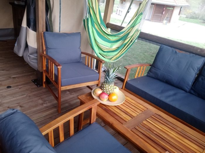 Le salon de la terrasse extérieure du Lodge Altitude