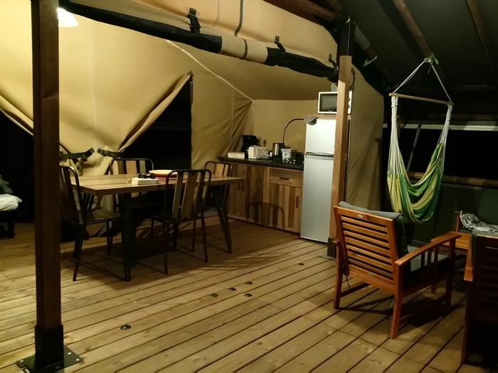 Une soirée chaleureuse sur la terrasse du Lodge Altitude