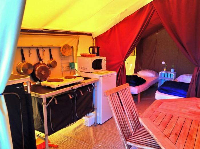 La cuisine toute équipée et les chambres (4 personnes) de la location Lodge Nature