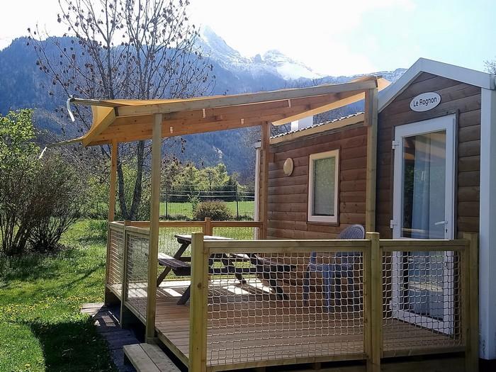 La terrasse semi-couverte du Mobil Home : le camping confortable