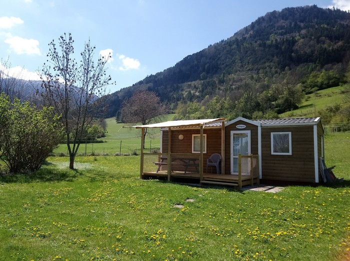 La terrasse semi-couverte du Mobil Home pour profiter au mieux de la nature environnante