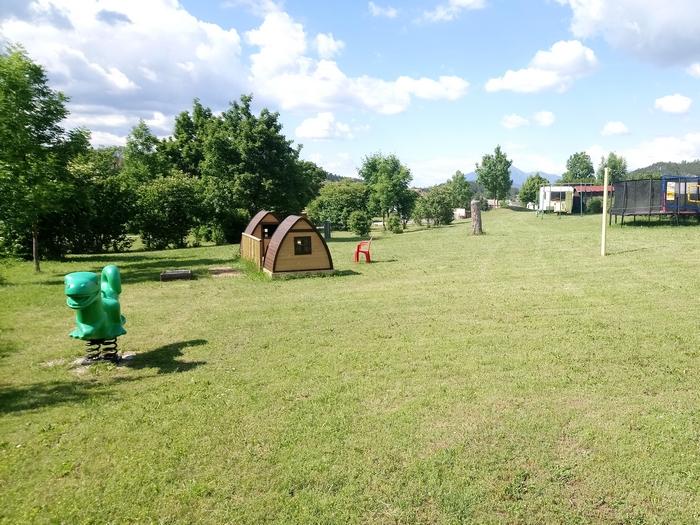 Les jeux mis à disposition : kids' pods, balançoire, toboggan, babyfoot, ping pong jeux d'adresse, trampoline