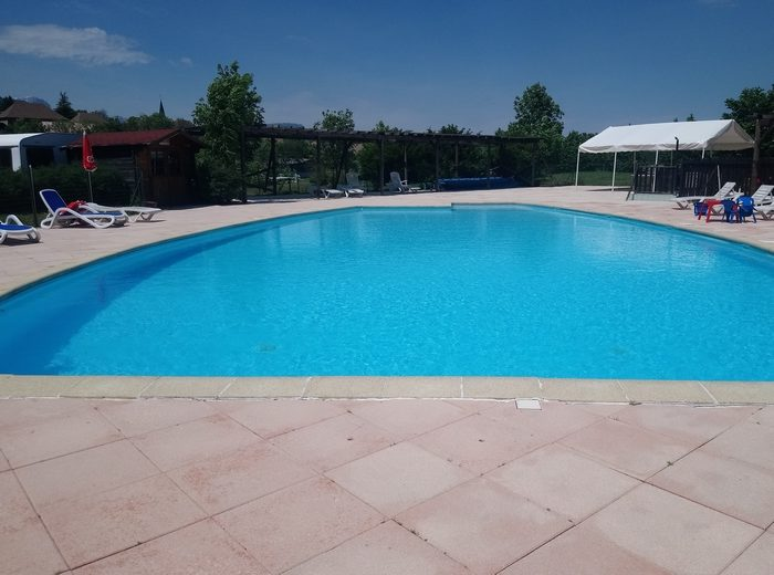 la grande piscine chauffée du camping Belle Roche avec sa terrasse panoramique
