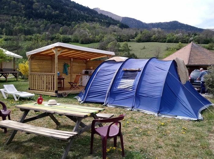 La table extérieure de l'emplacement Top Confort pour profiter du soleil dans le cadre montagnard