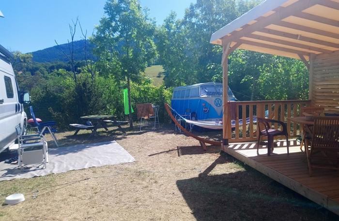 En tente, caravane, van ou camping car, profitez de l'emplacement Top Confort avec terrasse couverte équipée