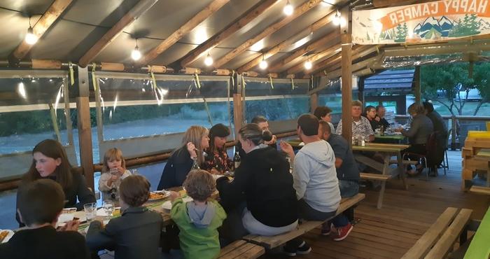 Repas de groupes d'amis ou de familles dans le Cosy Cool