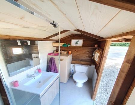 Le confort des sanitaires individuels sur l'emplacement : WC, douche à l'italienne , lavabo et un évier abrité pour faire la vaisselle